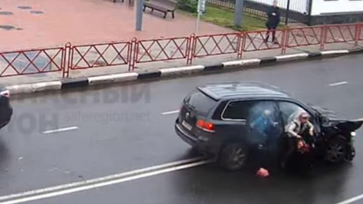 На улице Свободы женщина с ребенком на ходу выскочили из задымившегося авто