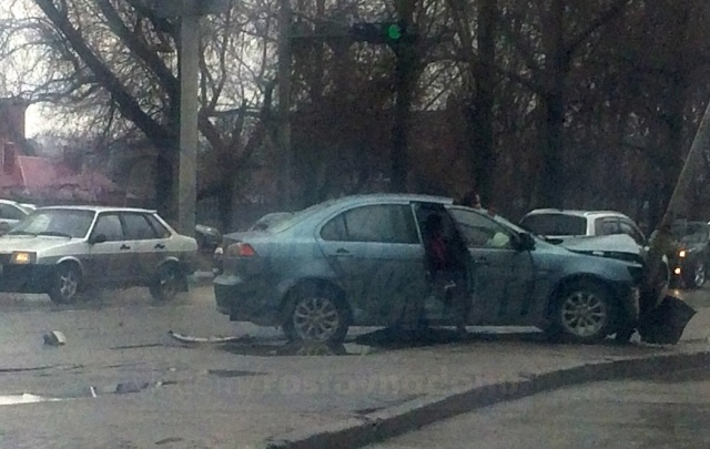 В Ростове иномарка после ДТП снесла столб