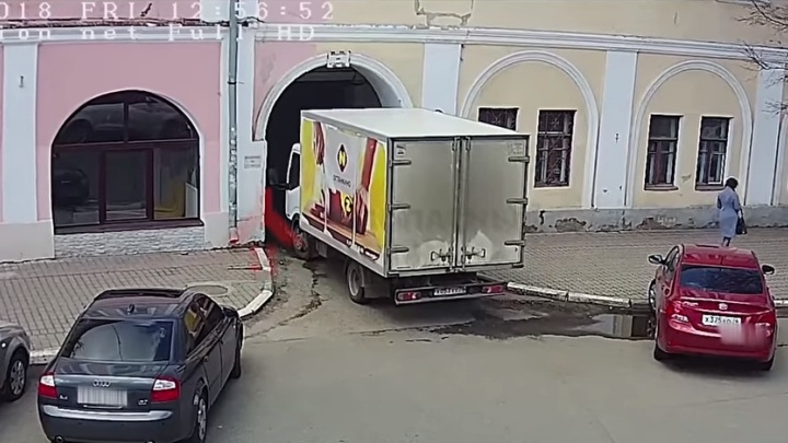 Появилось видео, как грузовик таранил арку в центре Ярославля