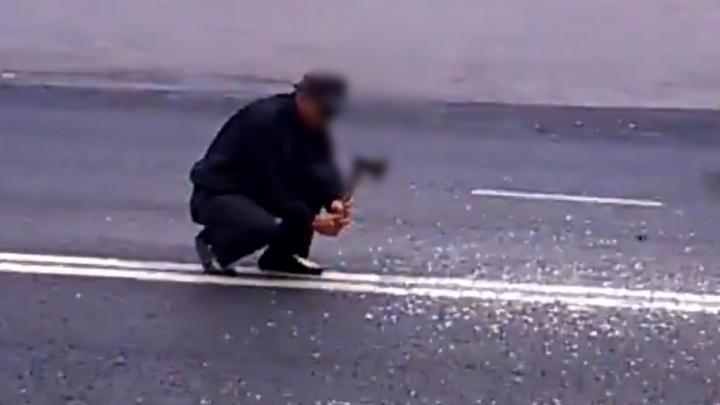 В Самарской области очевидцы сняли, как мужчина  рубит топором двойную сплошную