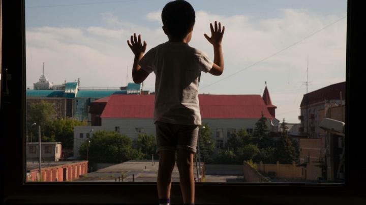 По следам трагедий: как жителям Тюмени уберечь детей от случайного падения из окна