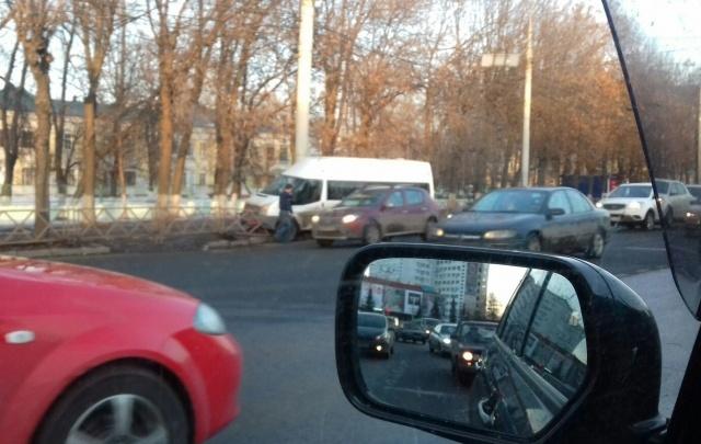 В Ярославле маршрутка снесла дорожное ограждение