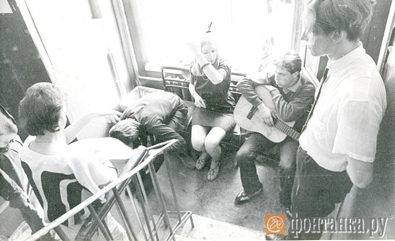 Подпись на обратной стороне: 1. Жена Цоя (гр. Кино), 2. Гурьянов Юра (гр. Кино).