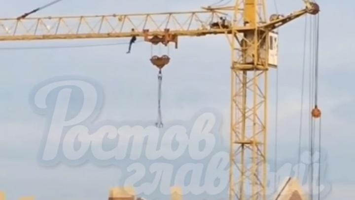 Ростовчанин продемонстрировал акробатические трюки на стреле башенного крана