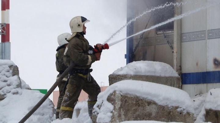 Сотрудники МЧС ликвидировали крупный пожар около ТЦ «Амбар»