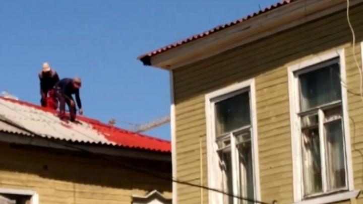 Рабочие окрасили шифер на домиках рядом с гостиницей Lotte