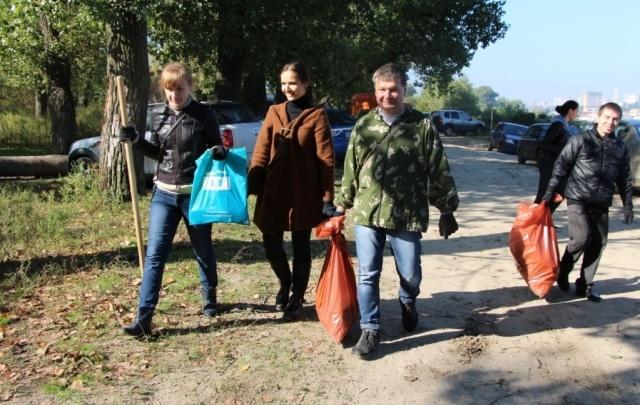 Ростовский Водоканал на субботнике очистил берег  Зеленого острова от мусора