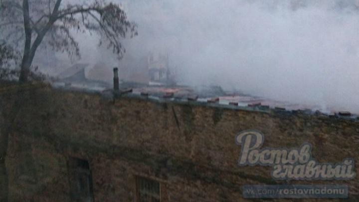 В центре Ростова загорелись два дома