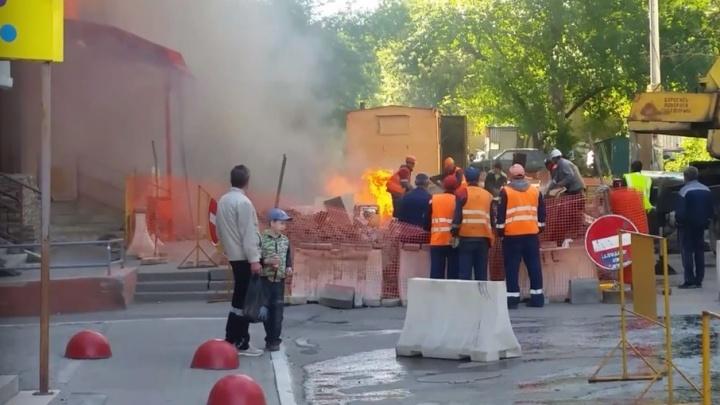 Пламя у входа в «Красное&Белое» на Молодогвардейцев попало на видео