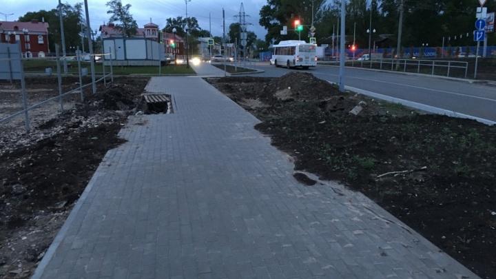 «Надо накрыть фальшфасадом»: на Московском шоссе провалилась плитка