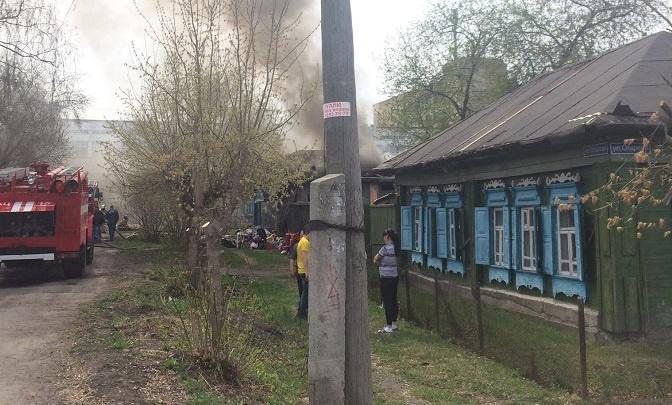 В частном секторе Тюмени загорелся двухквартирный дом