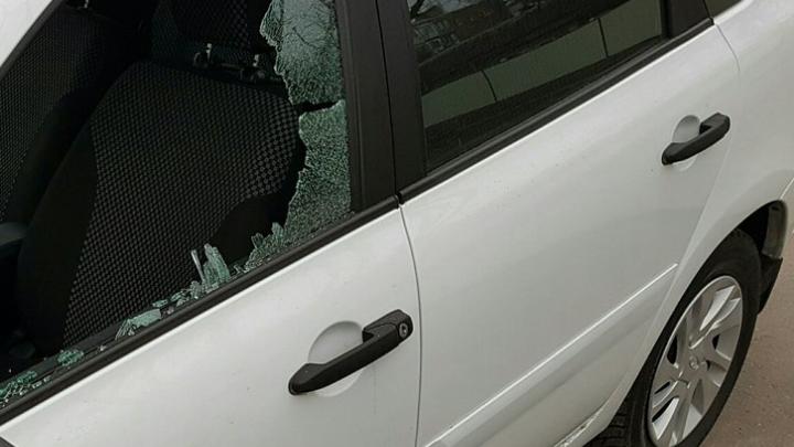 На Чкаловском разбили и обокрали автомобиль «Лада»