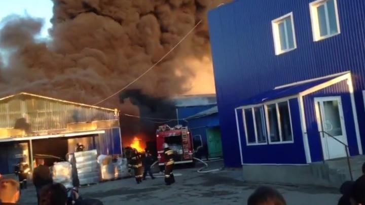 Опубликовано видео первых минут тушения пожара на складах в Волгограде