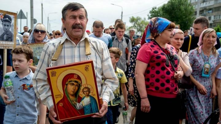 Сотни верующих волгоградцев прошли укороченным крестным ходом к Мамаеву кургану