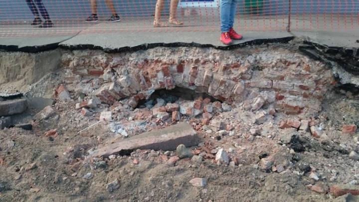 Мэрия: на Галактионовской дорожные рабочие раскопали не старинную кладку, а подвал