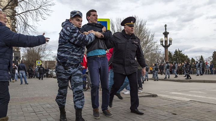 Полиция задержала троих сторонников Навального в центре Волгограда