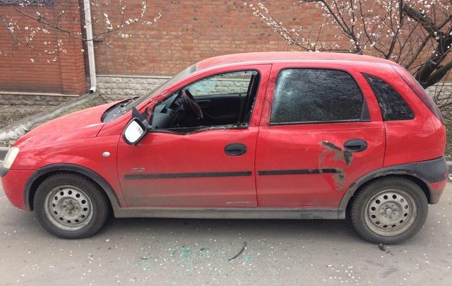 В Ростове погрузчик разбил припаркованный автомобиль