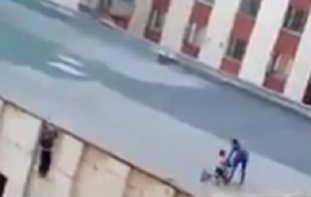 Игры подростков на крыше здания в Миассе попали на видео