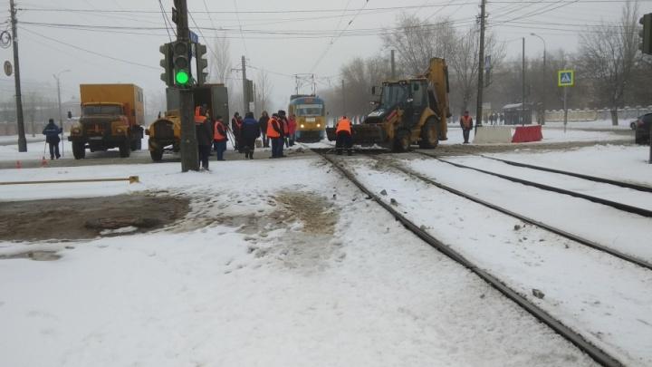 В Дзержинском районе Волгограда закрыли дорогу для трамваев и машин