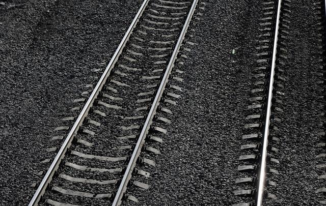 В Тюмени поезд сбил насмерть мужчину, который шел по железнодорожным путям