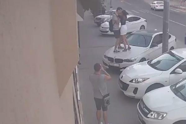Пара забралась на чужую машину