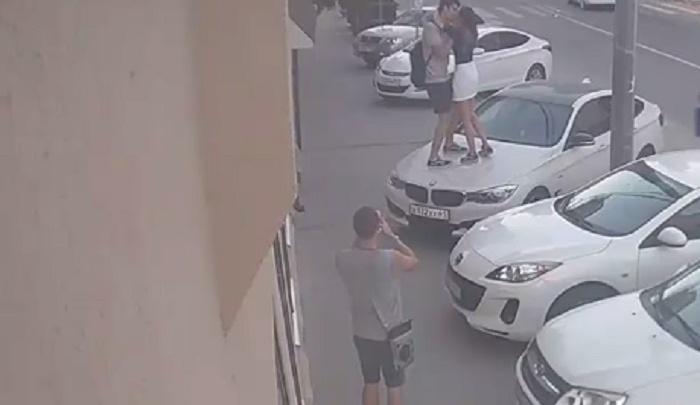 Влюбленные подростки помяли капот чужой машины ради снимка на фоне ростовского двора