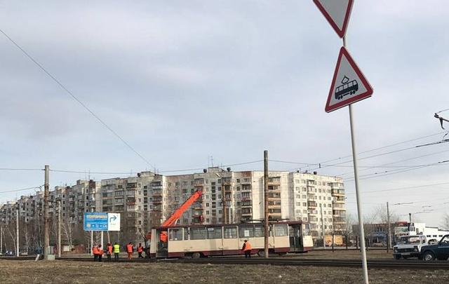 В Челябинске сошедший с рельсов трамвай ставили на место три часа