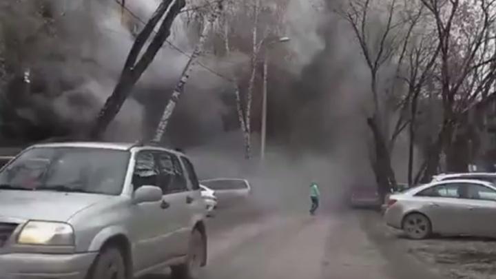 В центре Перми загорелся жилой дом: улицу затянуло дымом