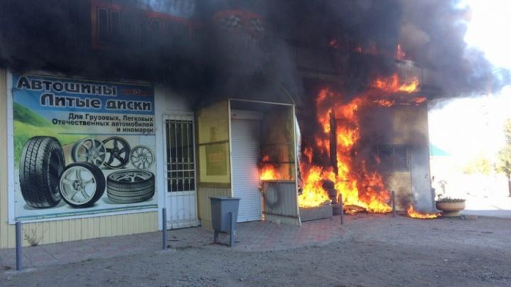 На севере Волгограда выгорела дотла шиномонтажная мастерская