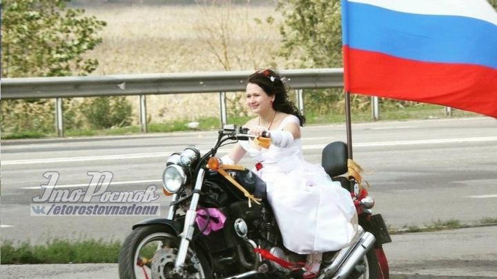 Невеста на байке проехала по дороге на въезде в Ростов с российским флагом