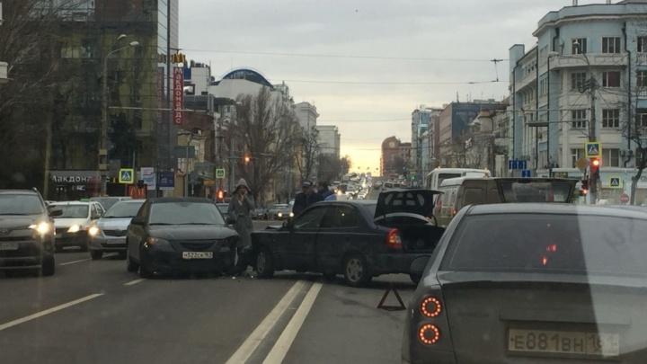 В центре Ростова столкнулись Mazda и Hyundai