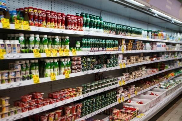 По словам продавцов продуктовых супермаркетов, чаще всего обращают внимание на производителя и состав женщины среднего возраста