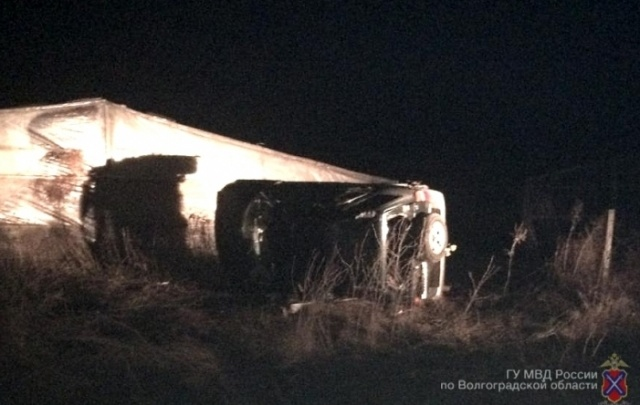 Под Волгоградом пьяный водитель бросил в разбитой машине двух пассажиров