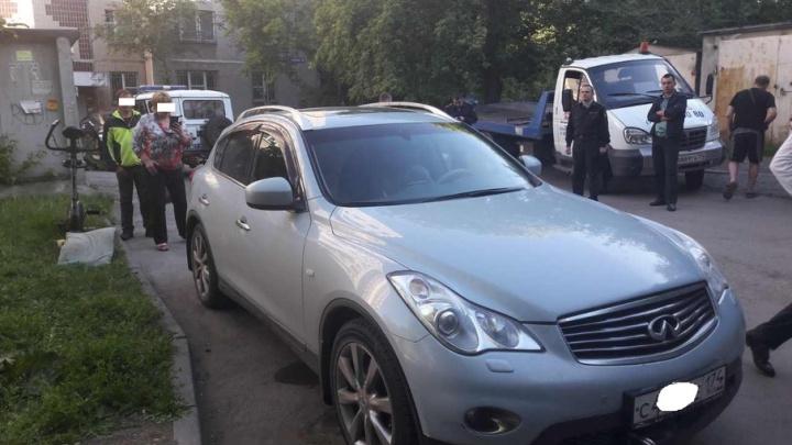Челябинка, спасая от ареста залоговый Infiniti, заперлась в машине от приставов