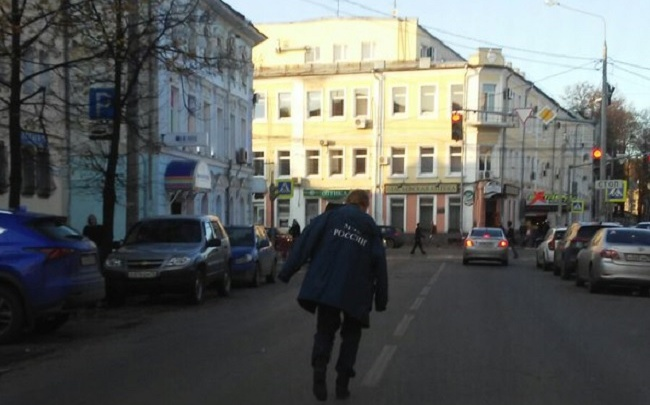 Пьяный спасатель в центре Ярославля: кто разгуливал по проезжей части в бушлате МЧС