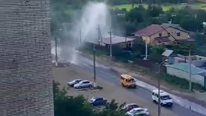 Десятиметровый гейзер забил из-под земли в поселке ГЭС Волгограда