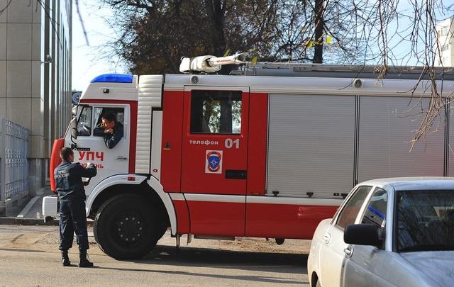 Пожар на Холодильной: спасатели эвакуировали 10 жильцов девятиэтажного дома