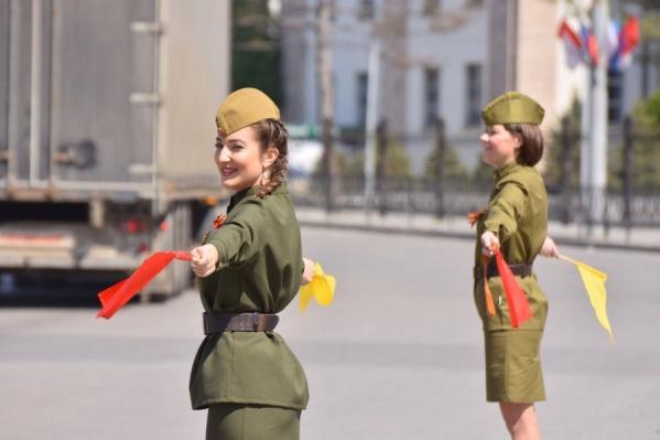 Девушки в военной форме поздравляли водителей с приближающимся праздником
