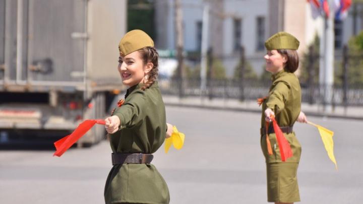 Регулировщицы движения в костюмах времен Великой Отечественной войны появились на дорогах Ростова