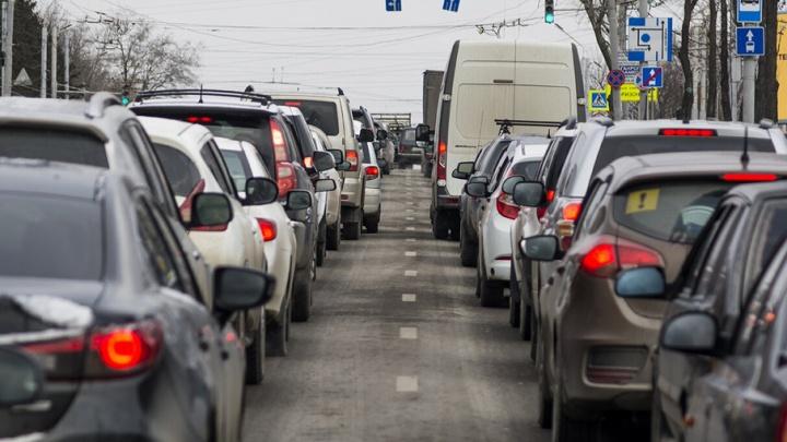 Из-за ДТП с фурой в Ростове на Змиевском проезде образовалась пробка