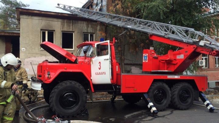 Эвакуировали двух жителей и ребенка: спасатели боролись с огнем в доме на Комсомольской