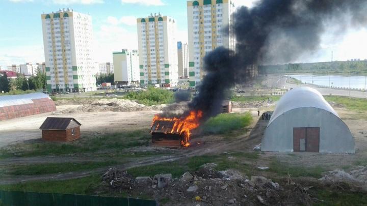 Из-за пожара на Лесобазе, где сегодня вспыхнул дом, в полицию доставили двух подростков