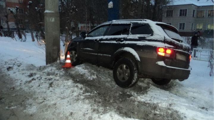 В центре Архангельска водитель не справился с иномаркой и врезался в столб