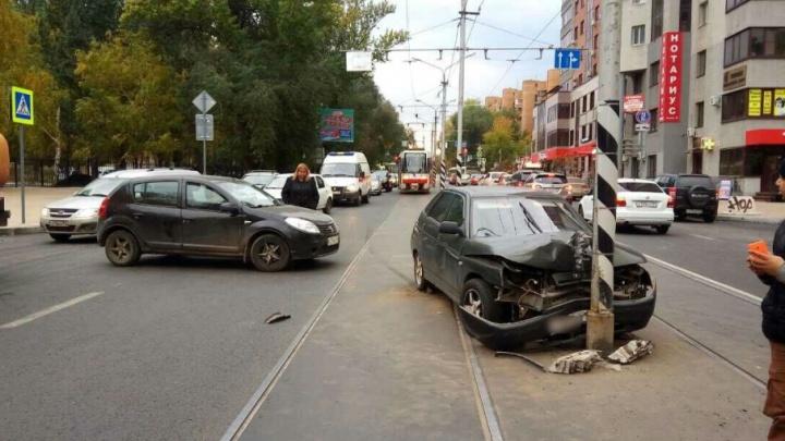 На Полевой водитель ВАЗа уходил от столкновения с иномаркой и врезался в столб