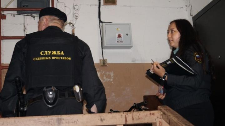 Житель Виноградовского района спрятался от судебных приставов под кроватью