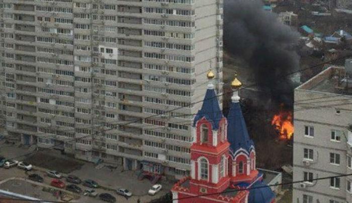 Пожар в Ростове: на Извилистой полыхает дом