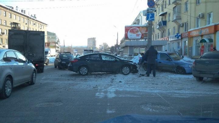 Отлетел капот: рядом со станцией метро «Советская» столкнулись четыре машины
