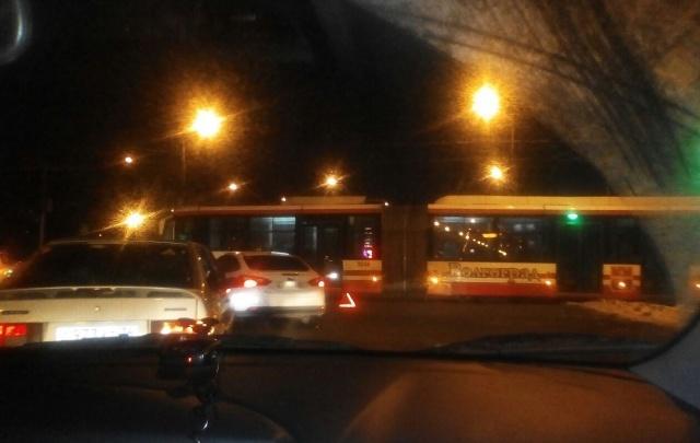 В Волгограде скоростной трамвай перекрыл проспект Ленина и остановил троллейбусы