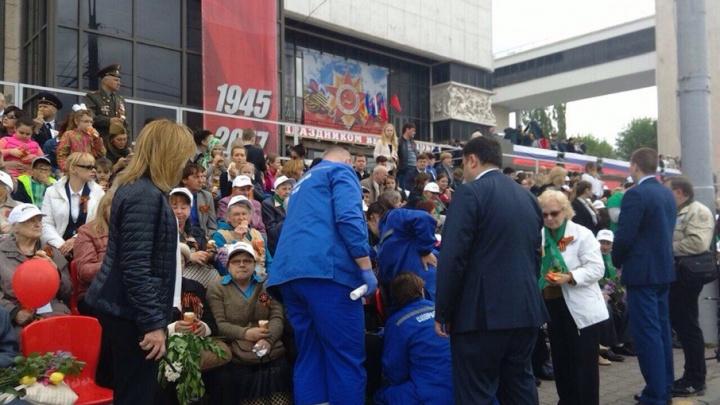 На Театральной площади врачи скорой оказывают помощь ветерану