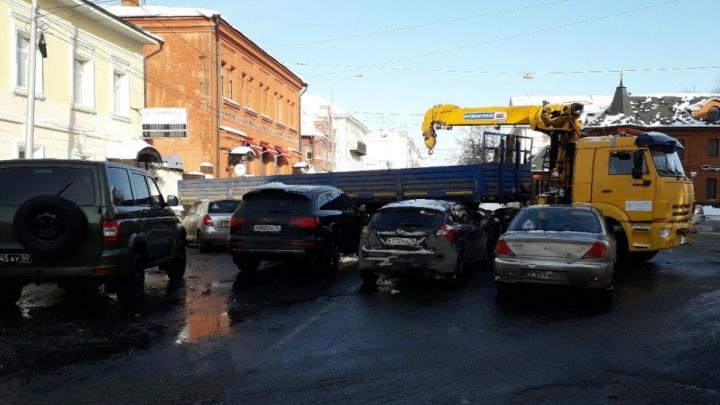 Центр Ярославля на неделю перекрыли грузовиками